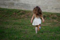 Petite belle fille courante dehors image libre de droits