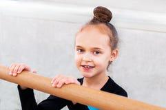 Petite belle fille dans la classe de ballet images stock