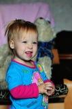 Petite belle fille regardant la TV à la maison image libre de droits