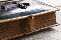 Petite bible de vintage avec une serrure Image stock