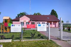 Petite bibliothèque rurale dans Kaweczyn, Pologne image stock