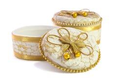 Petite boîte à bijoux en céramique d'isolement au-dessus d'un fond blanc Photo libre de droits