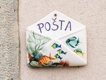 Petite boîte aux lettres sur un mur fait en en céramique photo libre de droits