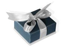 Petite boîte bleue attachée avec un ruban argenté Image stock