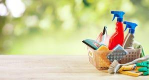 Petite boîte en plastique avec les alimentations stabilisées de ménage photos stock