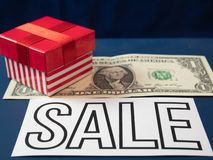 Petite boîte rouge sur un billet de banque du dollar image stock