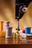 Petite bobine en bois de couture avec d'autres éléments Photo libre de droits