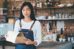 Petite boutique de café de jeune propriétaire de démarrage photos libres de droits