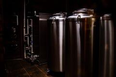 Petite brasserie privée Cuves industrielles de fermentation d'acier inoxydable images stock