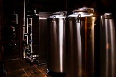 Petite brasserie privée Cuves industrielles de fermentation d'acier inoxydable photographie stock libre de droits