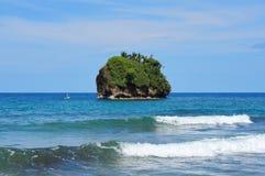 Petite côte des Caraïbes d'île rocheuse de Costa Rica Image stock