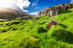 Petite cabane de montagne sur la colline herbeuse, Islande Photographie stock