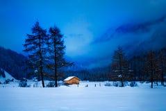 Petite cabine en vallée de montagne Image libre de droits