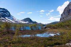 Petite carlingue sur un lac en Norvège photographie stock libre de droits