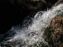 Petite cascade à écriture ligne par ligne photographie stock