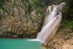Petite cascade à écriture ligne par ligne dans Polilimnio, Grèce Photographie stock libre de droits