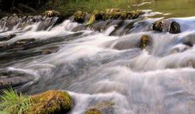 Petite cascade à écriture ligne par ligne de fleuve Image libre de droits