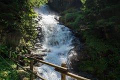Petite cascade dans la montagne photos libres de droits