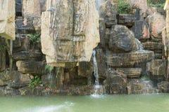 Petite cascade dans le jardin chinois Photos libres de droits