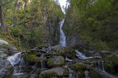 Petite cascade dans les montagnes d'Altai Image stock