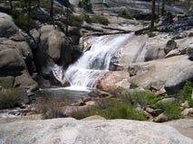 Petite cascade dans les sierras Images stock