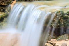 Petite cascade dans un jardin Photo stock