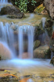 Petite cascade dans un jardin Photographie stock