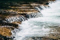 Petite cascade dans un torrent Photographie stock libre de droits