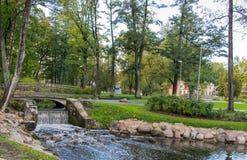 Petite cascade de l'eau en parc de ville photo stock