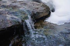 Petite cascade en hiver près de Pont-fard à joues Images libres de droits