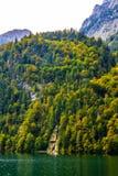 Petite cascade en montagnes d'Alpes près de lac Koenigssee, Konigsee, parc national de Berchtesgaden, Bavière, Allemagne image stock