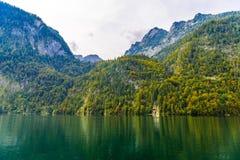 Petite cascade en montagnes d'Alpes pr?s de lac Koenigssee, Konigsee, parc national de Berchtesgaden, Bavi?re, Allemagne photos stock