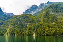 Petite cascade en montagnes d'Alpes pr?s de lac Koenigssee, Konigsee, parc national de Berchtesgaden, Bavi?re, Allemagne image libre de droits