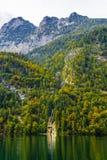 Petite cascade en montagnes d'Alpes pr?s de lac Koenigssee, Konigsee, parc national de Berchtesgaden, Bavi?re, Allemagne photographie stock