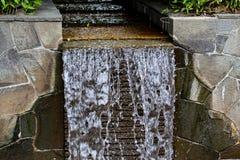 Petite cascade en pierre en parc japonais photos stock