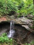 Petite cascade s'écoulant goutte à goutte en bas de la roche au parc national en Ohio image stock