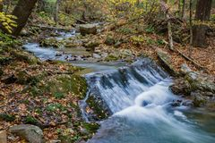 Petite cascade sur hurler la crique courue, Jefferson National Forest, Etats-Unis images libres de droits