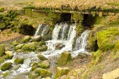 Petite cascade sur la rivière photographie stock