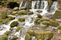 Petite cascade sur la rivière images libres de droits