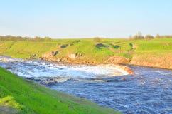 Petite cascade sur la rivière image libre de droits
