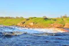Petite cascade sur la rivière photographie stock libre de droits