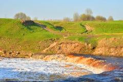 Petite cascade sur la rivière images stock
