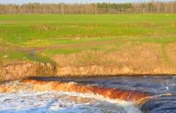 Petite cascade sur la rivière photo stock