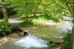 Petite cascade sur une rivière de montagne Image stock