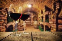 Petite cave avec deux verres de vin photos libres de droits
