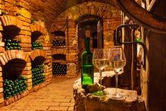 Petite cave avec la bouteille et les verres de vin Photos libres de droits