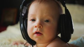 Petite chéri avec des écouteurs clips vidéos