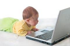 Petite chéri avec l'ordinateur portatif Image libre de droits