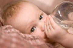 Petite chéri avec la bouteille Images stock