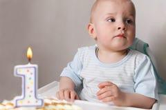 Petite chéri célébrant son premier anniversaire Photos stock